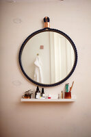 Bildno.: 11374916<br/><b>Feature: 11374913 - Nautical DIY Mirror</b><br/>Pep up a tired old mirror with a new frame made of rope<br />living4media / A. Kapischke &amp; I. Liebmann