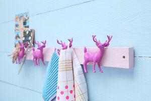 Bildnr.: 11382726<br/><b>Feature: 11382723 - Halte mal bitte, my Deer</b><br/>Wie man eine witzige Hakenleiste aus pinken Hirschen macht<br />living4media / R&#252;ggeberg, Thordis