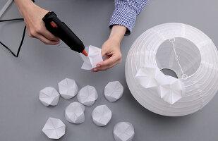 Bildnr.: 11382742<br/><b>Feature: 11382733 - Knick-Licht</b><br/>Mit einfacher Falttechnik gelingt diese selbstgemachte Designerlampe<br />living4media / R&#252;ggeberg, Thordis