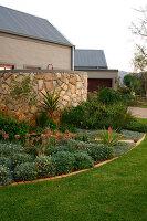 Bildno.: 11383136<br/><b>Feature: 11383132 - Indigenous Garden</b><br/>Low-maintenance country garden in Hartbeespoort<br />living4media / Great Stock!