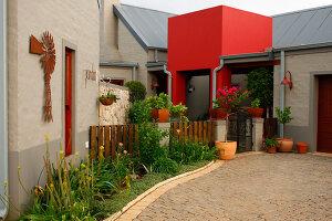 Bildno.: 11383140<br/><b>Feature: 11383132 - Indigenous Garden</b><br/>Low-maintenance country garden in Hartbeespoort<br />living4media / Great Stock!