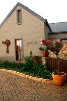 Bildno.: 11383142<br/><b>Feature: 11383132 - Indigenous Garden</b><br/>Low-maintenance country garden in Hartbeespoort<br />living4media / Great Stock!