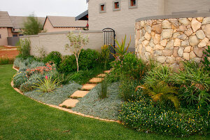 Bildno.: 11383152<br/><b>Feature: 11383132 - Indigenous Garden</b><br/>Low-maintenance country garden in Hartbeespoort<br />living4media / Great Stock!