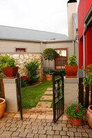 Bildno.: 11383156<br/><b>Feature: 11383132 - Indigenous Garden</b><br/>Low-maintenance country garden in Hartbeespoort<br />living4media / Great Stock!