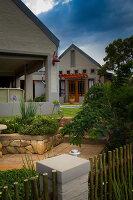 Bildno.: 11383160<br/><b>Feature: 11383132 - Indigenous Garden</b><br/>Low-maintenance country garden in Hartbeespoort<br />living4media / Great Stock!