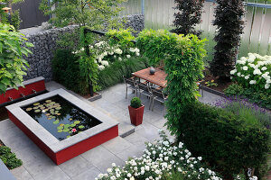 Bildno.: 11383224<br/><b>Feature: 11383210 - Trick of the Eye</b><br/>How to make a small garden appear much larger<br />living4media / Great Stock!