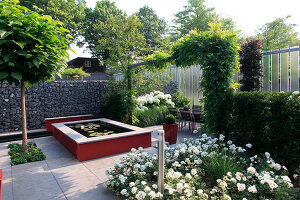 Bildno.: 11383230<br/><b>Feature: 11383210 - Trick of the Eye</b><br/>How to make a small garden appear much larger<br />living4media / Great Stock!