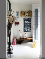 Offene haustür  Blick durch offene Haustür in Gangbereich mit raumhohem Fenster zu ...