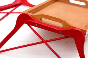 Bildno.: 11391330<br/><b>Feature: 11391323 - Catering to Talent</b><br/>DIY table made from a tray and coat hangers<br />living4media / R&#252;ggeberg, Thordis