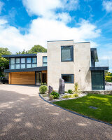Bildno.: 11395388<br/><b>Feature: 11395373 - Open for Light</b><br/>Clean and contemporary English home in Lymington, Hampshire<br />living4media / Cox, Stuart