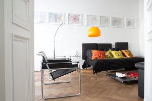 Bildnr.: 11401202<br/><b>Feature: 11401195 - Richtiger Blickwinkel</b><br/>Eine Berliner Altbauwohnung mit sch&#246;nen Stuckdecken und brasilianischer Kunst<br />living4media / Morath, Dagmar