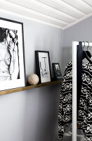 Bildno.: 11404446<br/><b>Feature: 11404431 - One Room, One Dream</b><br/>Grey is the dominent colour of this bedroom d&#233;cor<br />living4media / Annette &amp; Christian