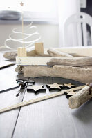 Bildno.: 11410232<br/><b>Feature: 11410216 - Drifting Toward Christmas</b><br/>DIY driftwood tree offers an exciting alternative to the traditional fir tree<br />living4media / Algermissen, Astrid