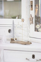 Bildno.: 11410236<br/><b>Feature: 11410216 - Drifting Toward Christmas</b><br/>DIY driftwood tree offers an exciting alternative to the traditional fir tree<br />living4media / Algermissen, Astrid