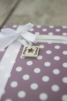 Bildno.: 11420146<br/><b>Feature: 11420117 - Personal Presents</b><br/>Gift tags are the personal touch that complete a beautifully wrapped package<br />living4media / Algermissen, Astrid