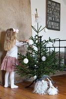 Bildnr.: 11425706<br/><b>Feature: 11425675 - O Tannenbaum</b><br/>Weihnachten in Schweden mit viel frischem Gr&#252;n aus dem Wald<br />living4media / M&#246;ller, Cecilia