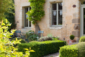 Bildno.: 11428780<br/><b>Feature: 11428752 - Manor House and Garden</b><br/>Romantic garden in Moulins-sur-Orne, France<br />living4media / Pietrek, Sibylle