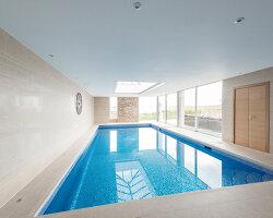 Bildnr.: 11429422<br/><b>Feature: 11429291 - Darf&#39;s noch etwas mehr sein?</b><br/>Luxushaus mit Pool, Bar und Meerblick in Bournemouth, UK<br />living4media / Cox, Stuart