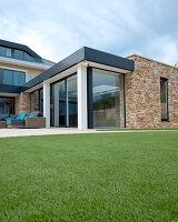 Bildnr.: 11429494<br/><b>Feature: 11429291 - Darf&#39;s noch etwas mehr sein?</b><br/>Luxushaus mit Pool, Bar und Meerblick in Bournemouth, UK<br />living4media / Cox, Stuart