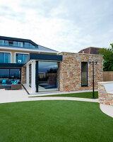 Bildnr.: 11429498<br/><b>Feature: 11429291 - Darf&#39;s noch etwas mehr sein?</b><br/>Luxushaus mit Pool, Bar und Meerblick in Bournemouth, UK<br />living4media / Cox, Stuart