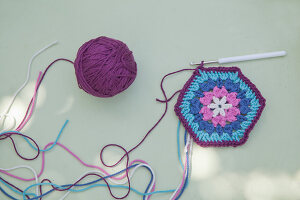Bildno.: 11432326<br/><b>Feature: 11432236 - Accessories for Granny&#39;s Garden</b><br/>Crotcheting squares and the like for a summer look<br />living4media / Allig, Birgid