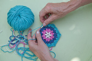 Bildno.: 11432328<br/><b>Feature: 11432236 - Accessories for Granny&#39;s Garden</b><br/>Crotcheting squares and the like for a summer look<br />living4media / Allig, Birgid