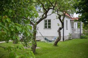 Bildnr.: 11433028<br/><b>Feature: 11433019 - Lebensk&#252;nstlerin</b><br/>Die Kunstlehrerin wei&#223;, wie es sich leben l&#228;sst. Gotland<br />living4media / Bj&#246;rnsdotter, Magdalena