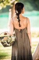 Bildnr.: 11434410<br/><b>Feature: 11434407 - Flower of Love</b><br/>Romantisches Hippie-Picknick mit Blumenschmuck und Happiness<br />living4media / Bildh&#252;bsch