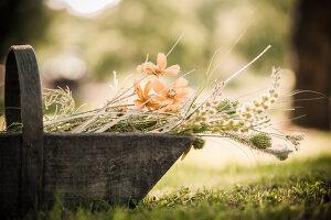 Bildnr.: 11434412<br/><b>Feature: 11434407 - Flower of Love</b><br/>Romantisches Hippie-Picknick mit Blumenschmuck und Happiness<br />living4media / Bildh&#252;bsch