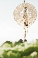 Bildnr.: 11434414<br/><b>Feature: 11434407 - Flower of Love</b><br/>Romantisches Hippie-Picknick mit Blumenschmuck und Happiness<br />living4media / Bildh&#252;bsch
