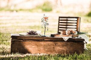Bildnr.: 11434416<br/><b>Feature: 11434407 - Flower of Love</b><br/>Romantisches Hippie-Picknick mit Blumenschmuck und Happiness<br />living4media / Bildh&#252;bsch