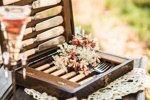 Bildnr.: 11434418<br/><b>Feature: 11434407 - Flower of Love</b><br/>Romantisches Hippie-Picknick mit Blumenschmuck und Happiness<br />living4media / Bildh&#252;bsch