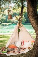 Bildnr.: 11434424<br/><b>Feature: 11434407 - Flower of Love</b><br/>Romantisches Hippie-Picknick mit Blumenschmuck und Happiness<br />living4media / Bildh&#252;bsch