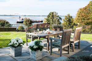 Bildno.: 11436854<br/><b>Feature: 11436853 - Hamburg High</b><br/>Villa with a view in Hamburg&#39;s elegant neighbourhood<br />living4media / Moog &amp; van Deelen