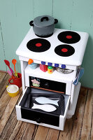 Bildno.: 11444588<br/><b>Feature: 11444573 - Cooking for Kids</b><br/>DIY children&#39;s stove<br />living4media / R&#252;ggeberg, Thordis