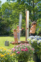 Bildno.: 11446616<br/><b>Feature: 11446604 - Outdoor Shower</b><br/>The pleasure of outdoor bathing with a garden shower<br />living4media / Selbermachen Media / Lambertsen, Chris