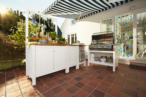 Bildno.: 11448350<br/><b>Feature: 11448332 - Outdoor Kitchen</b><br/>Cooking outside in the summer is a D-I-Y project<br />living4media / Selbermachen Media / Bordes, Christian