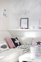 Bildno.: 11450116<br/><b>Feature: 11450113 - Thinking Pink</b><br/>Pink is the colour that defines this dream-like deco scheme<br />living4media / Algermissen, Astrid