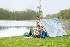 Bildno.: 11453992<br/><b>Feature: 11453975 - Fit for Having Fun</b><br/>DIY project for building a children&#39;s pup tent<br />living4media / patsy&amp;christian
