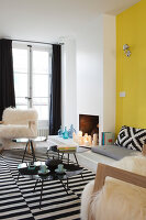 Bildno.: 11459776<br/><b>Feature: 11459766 - Sunshine on a Wall</b><br/>Scandinavian modern in an 18th century building in Paris, France<br />living4media / Hallot, Olivier