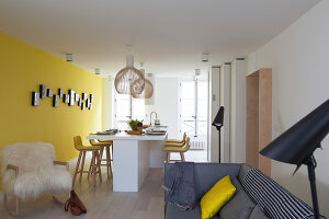 Bildno.: 11459792<br/><b>Feature: 11459766 - Sunshine on a Wall</b><br/>Scandinavian modern in an 18th century building in Paris, France<br />living4media / Hallot, Olivier