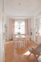 Bildno.: 11500316<br/><b>Feature: 11500301 - Pearls and Cream</b><br/>Soothing colours enhance this Berlin apartment<br />living4media / Scoffoni, Anne-Catherine