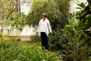 Bildnr.: 11501028<br/><b>Feature: 11501027 - Gr&#252;ne Oase in der Stadt</b><br/>Galeristin Elly liebt es in ihrem Garten zu lustwandeln und zu meditieren, Dresden<br />living4media / Krieg, Roland