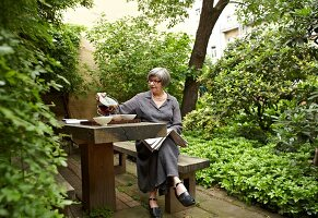 Bildnr.: 11501062<br/><b>Feature: 11501027 - Gr&#252;ne Oase in der Stadt</b><br/>Galeristin Elly liebt es in ihrem Garten zu lustwandeln und zu meditieren, Dresden<br />living4media / Krieg, Roland