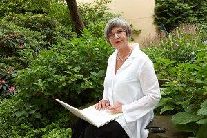 Bildnr.: 11501066<br/><b>Feature: 11501027 - Gr&#252;ne Oase in der Stadt</b><br/>Galeristin Elly liebt es in ihrem Garten zu lustwandeln und zu meditieren, Dresden<br />living4media / Krieg, Roland