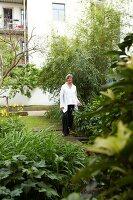 Bildnr.: 11501082<br/><b>Feature: 11501027 - Gr&#252;ne Oase in der Stadt</b><br/>Galeristin Elly liebt es in ihrem Garten zu lustwandeln und zu meditieren, Dresden<br />living4media / Krieg, Roland