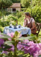 Bildnr.: 11501286<br/><b>Feature: 11501240 - Ort der Ruhe</b><br/>Iris kann in ihrem Schrebergarten richtig entspannen, bei Stuttgart<br />living4media / Krieg, Roland