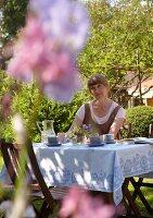 Bildnr.: 11501288<br/><b>Feature: 11501240 - Ort der Ruhe</b><br/>Iris kann in ihrem Schrebergarten richtig entspannen, bei Stuttgart<br />living4media / Krieg, Roland