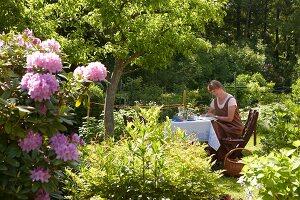 Bildnr.: 11501290<br/><b>Feature: 11501240 - Ort der Ruhe</b><br/>Iris kann in ihrem Schrebergarten richtig entspannen, bei Stuttgart<br />living4media / Krieg, Roland