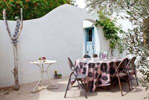 Bildnr.: 11501874<br/><b>Feature: 11501838 - Eine Einladung an die Natur</b><br/>Laetitia hat Zuhause eine Mischung aus Natur- und Design-Objekten, bei Marseille<br />living4media / Scoffoni, Anne-Catherine